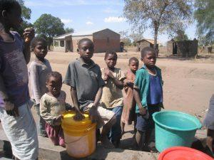 ※水汲みを担う子供たち