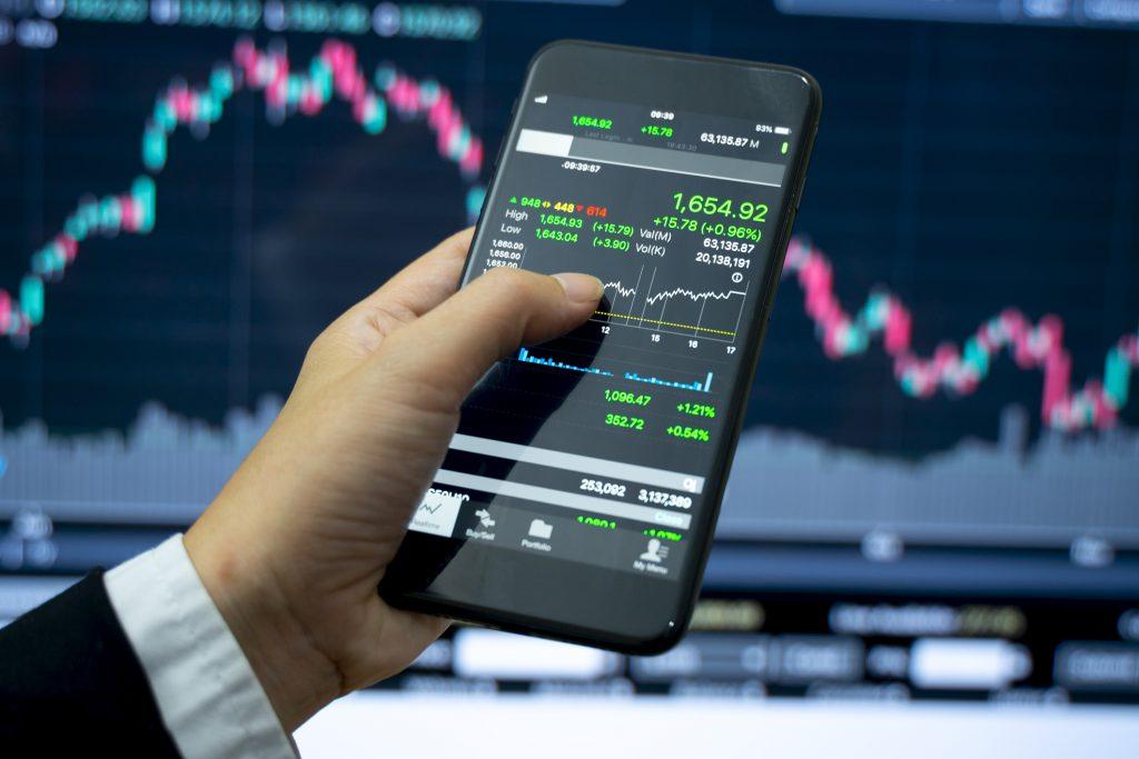 スマホ_スマートフォン_Business and finance, stock market investment concept.